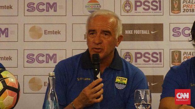 Pelatih Persib Bandung, Roberto Carlos Mario Gomez, menyatakan anak asuhnya melakukan kesalahan dalam laga kontra PSMS Medan.