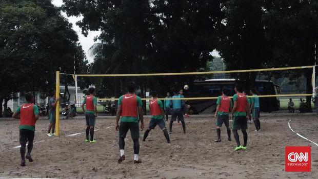 Pemain diminta adu ketangkasan bermain takraw di lapangan voli.