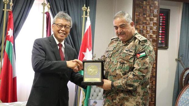 Dubes RI untuk Yordania, Andy Rachmianto (kiri) bersama Panglima Angkatan Bersenjata Yordania Letnan Jenderal Mahmoud Freihat di Amman, Kamis (18/1).