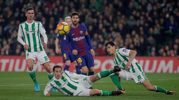 Lionel Messi mencetak dua gol dan satu assist ke gawang Real Betis. (