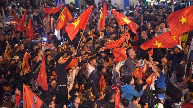 Suporter timnas Vietnam di Kota Hanoi merayakan kemenangan timnya yang lolos ke semifinal usai menyingkirkan timnas Irak.