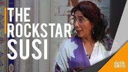 Menteri Susi Stage Diving di Atas KM Kelud