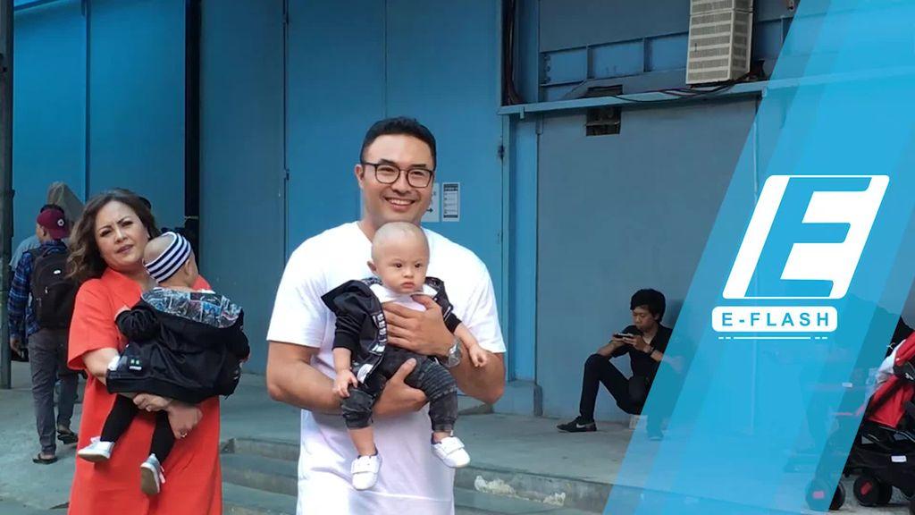 Gemas! Anak Kembar Surya Saputra Makin Aktif
