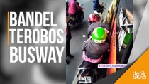 Duh… Pemotor Bandel Terjepit Bus TransJakarta