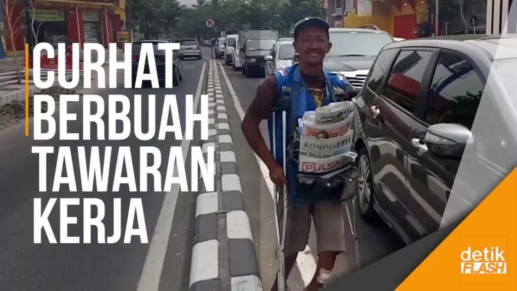 Cara Unik Penjual Koran di Surabaya Ini Curhat soal Utangnya