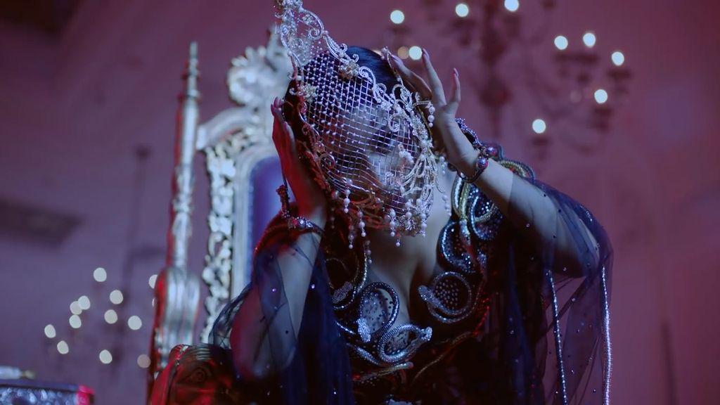 Nicki Minaj Pakai Topeng Karya Desainer Indonesia