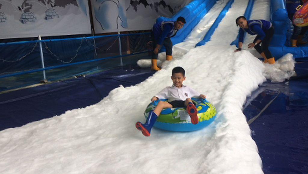 Serunya Main Salju di Ruang Terbuka Jakarta