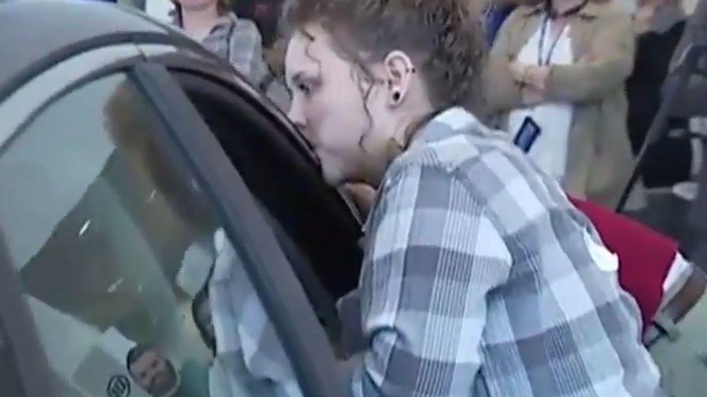 Gokil! Wanita Ini Betah Cium Mobil Selama 50 Jam