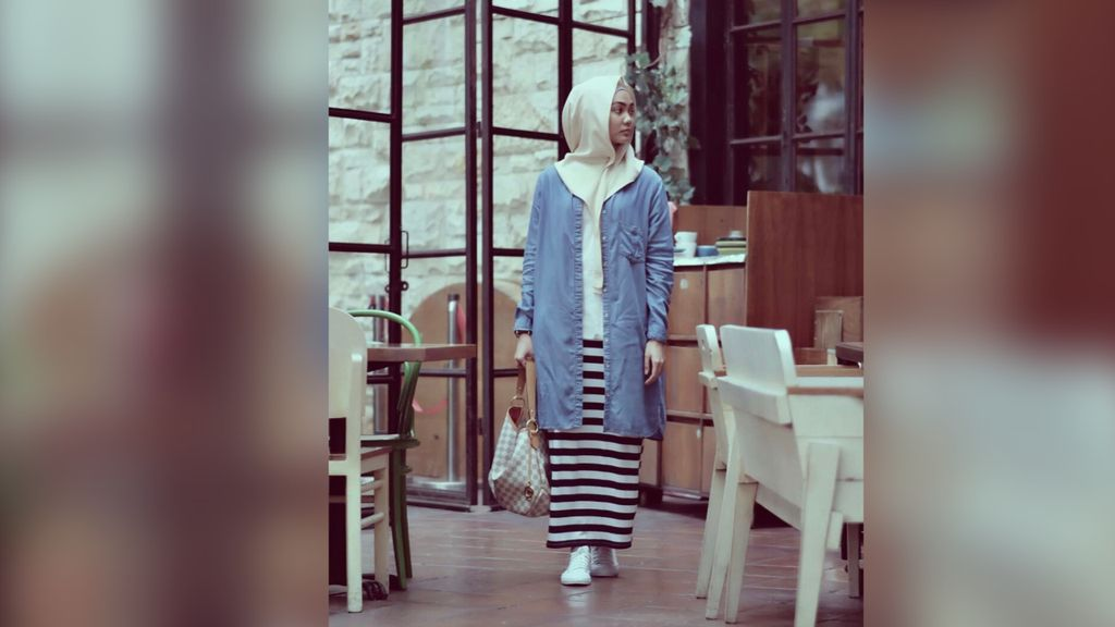 Simpel dan Cantik, Gaya Hijab Rina Nose Jadi Tren
