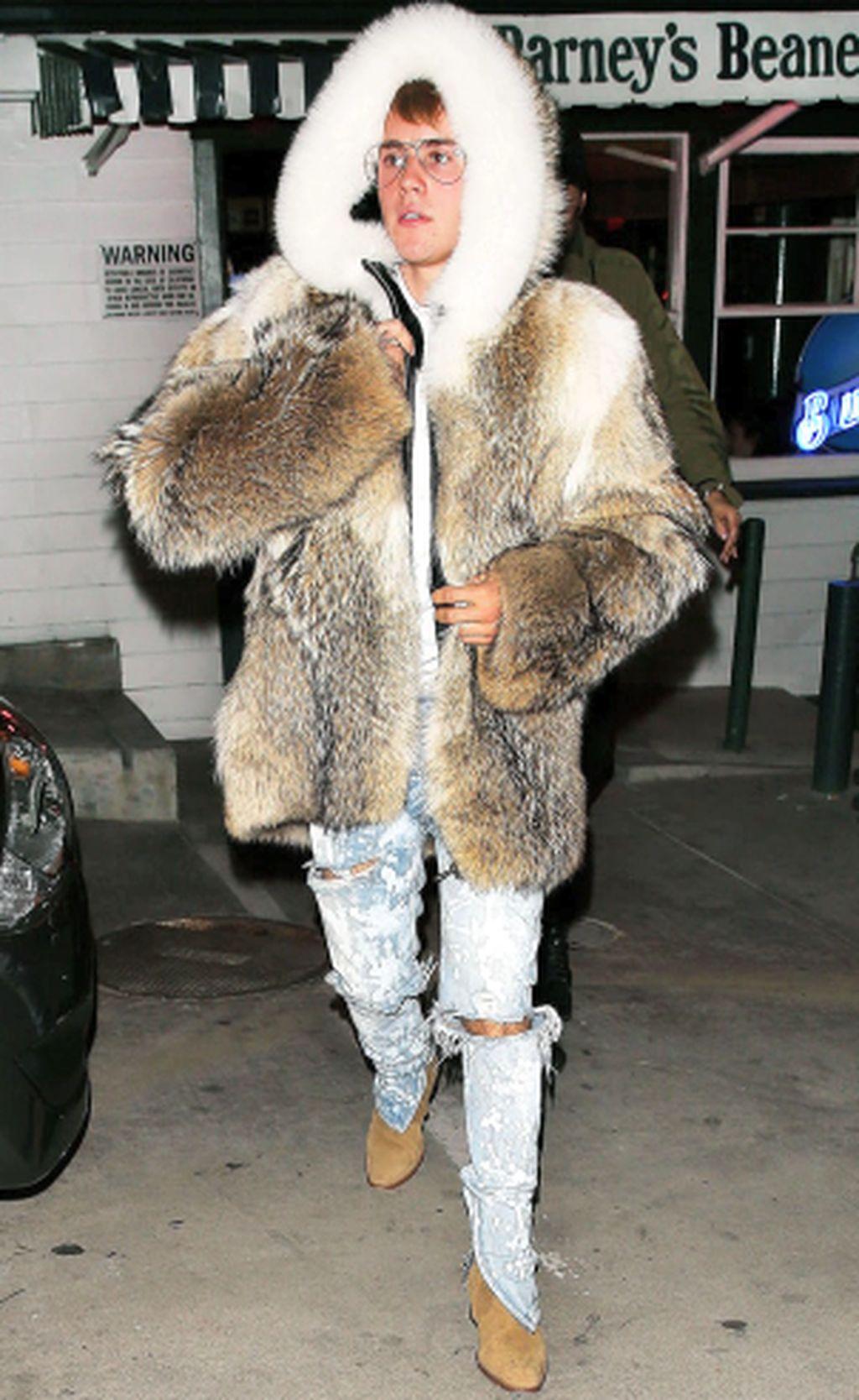 Justin Bieber Di-bully Gara-gara Pakai Jaket Bulu Super Tebal dan Besar