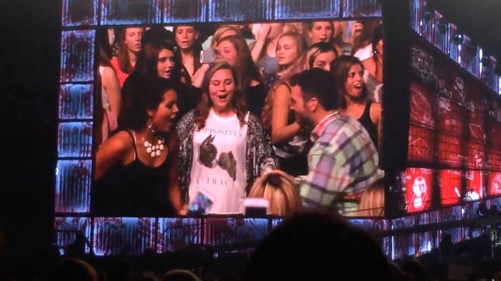 Para Penyanyi yang Pernah Bantu Fans Melamar Kekasih
