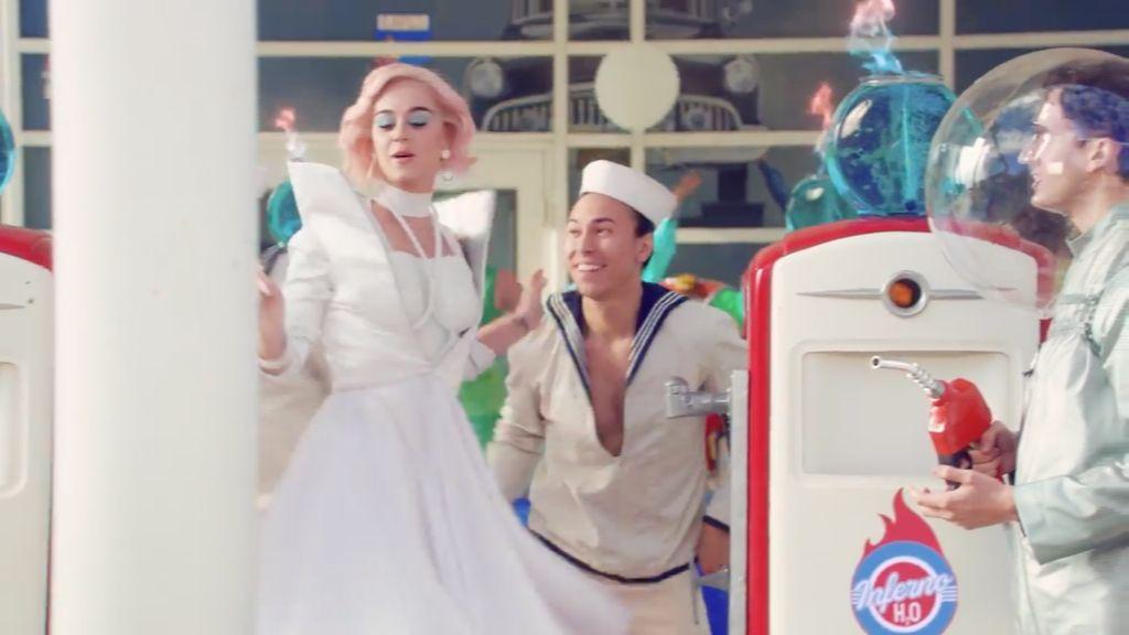 Wow! Katy Perry Pakai Sepatu Rancangan Desainer Indonesia