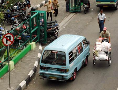 lalin%202b 9 Kebiasaan Buruk Orang Indonesia Saat Menggunakan Media Transportasi Umum