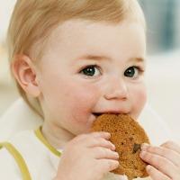 Kapan Waktu yang Tepat Beri Makanan Padat pada Bayi?