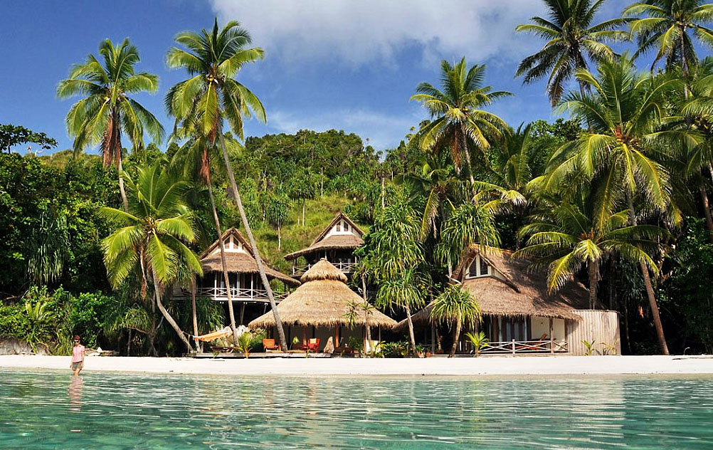 Stay and dive 6 dive resorts favorit di indonesia - Raja laut dive resort ...