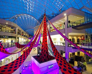 Desainer Belanda Rilis Gaun Polkadot Terpanjang di Dunia