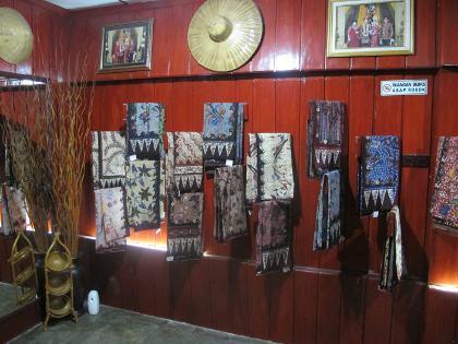 Tresna Art, Pusatnya Belanja Batik Gentongan Khas Madura yang Unik