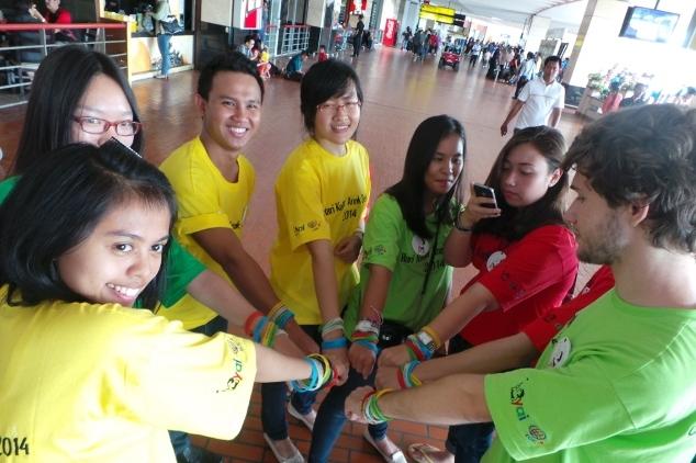 Sambut Hari Kanker Anak Sedunia, Relawan Bagi Brosur di Bandara
