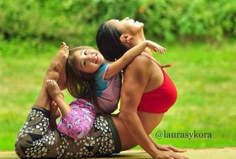Wah, Lucunya Kolaborasi Pose Yoga Ibu dan Anak Ini