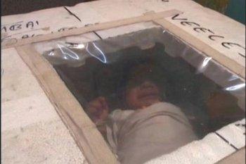 Bayi Ini Diletakkan di Kotak Es karena Inkubator Mahal