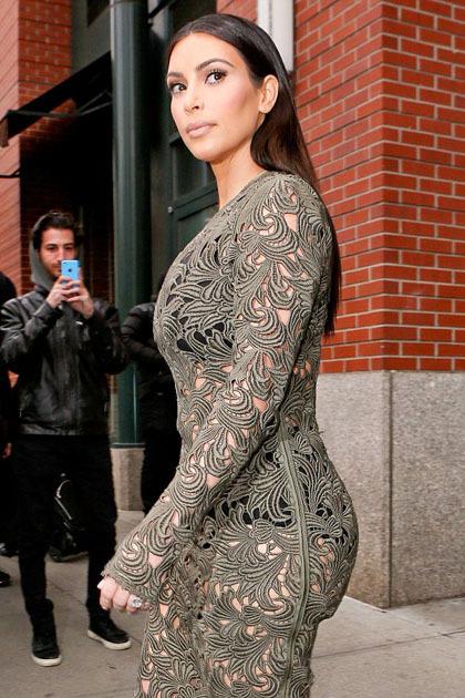 Kim Kardashian Pakai Underwear Lansia di Balik Baju Menerawang