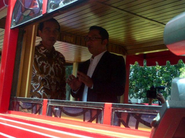 Jokowi dan Ridwan Kamil Naik Bandros