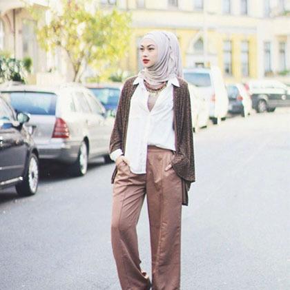 Hijab Style Bergaya Retro Dengan Padu Padan Celana Palazzo 3