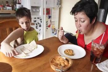 Mengintip Keseharian Linda dan Timmy, Ibu Anak yang Terlahir Tanpa Tangan