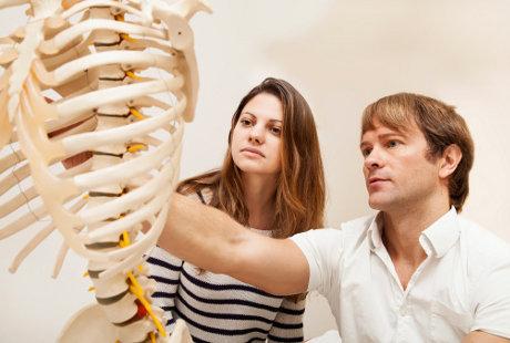 Studi: Wanita yang Hidupnya Bahagia Memiliki Tulang Lebih Kuat Saat Tua