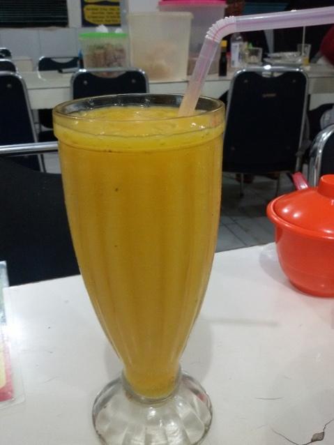 Tak banyak pilihan minuman, akan tetapi Anda dapat memesan jus buah mangga dengan warna kuning oranye dengan sensasi rasa segar.