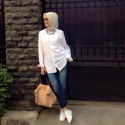 Foto Tampil Trendi Dengan Sneakers Putih Ala Selebriti Berhijab 2