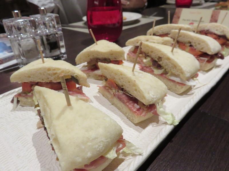 Muffaletta  cocok buat yang suka isian ringan. Roti focaccia diisi dengan tomat dan daging asap, prosciutto, mortadella, selada, bawang dan zaitun.