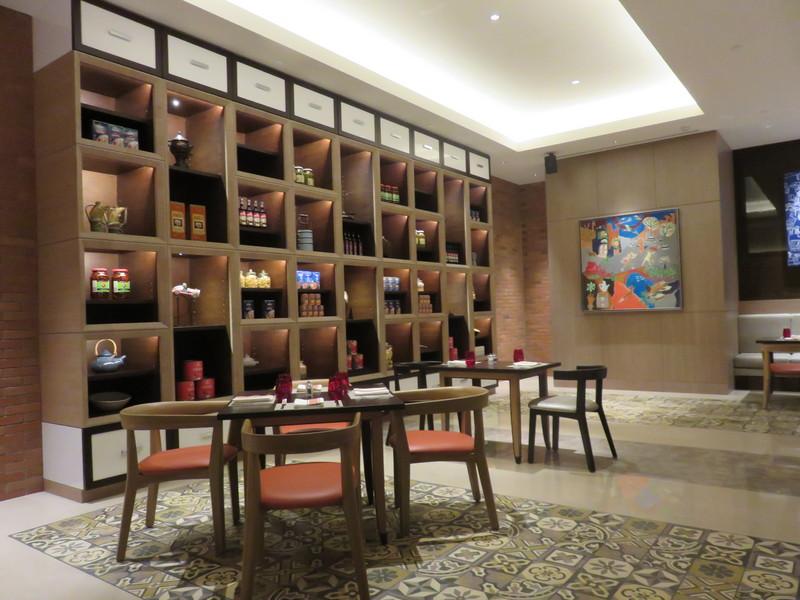 Sapori Deli ditata dengan gaya kontemporer dan nuansa rustic serta pilihan warna yang cerah segar.