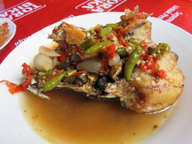 Ikan gabus yang lembut dipadu dengan kuah gurih plus potongan cabe rawit. Pedas!