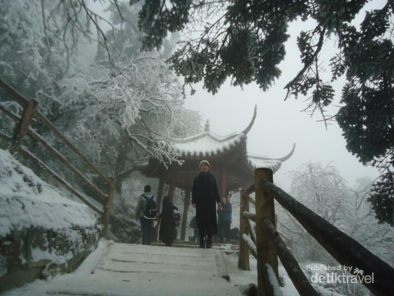 Saat Gunung yang Suci di China Tertutup Salju  7