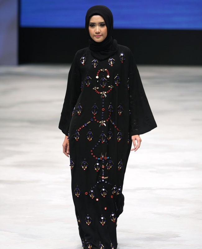 Hasil gambar untuk padanan gamis hitam dan kain tradisional