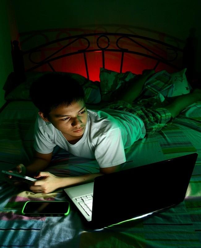 Tidak Main Gadget di Tempat Tidur