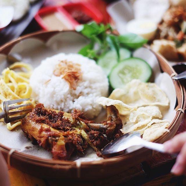 Nasi Uduk dan Ayam Goreng Lahap
