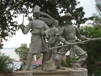TIGA SUKU. Sebuah patung yang menggambarkan tiga suku mayoritas di kota Singkawang yang dapat ditemui di Batu Payung Village.