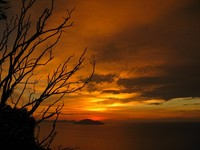 TERBENAM. Nuansa matahari terbenam yang dapat dinikmati di puncak obyek wisata Rindu Alam.