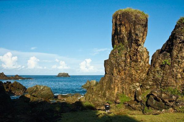 Batu karang yg tinggi kokoh menjulang