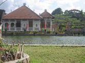 Lupakan Lelah di Taman Ujung Sukasada dan Bale Kambang
