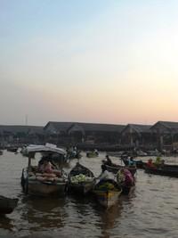 Sungai beserta kehidupan di tepiannya menjadi objek wisata andalan Banjarmasin
