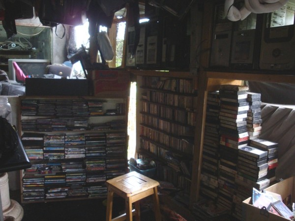 Kaset, DVD, VCD, CD yang dijual di Mall Rongsok (Foto:Putri)