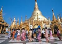 Para wanita Myanmar mengelilingi stupa (audleyblog.com)
