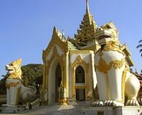 Salah satu pintu masuk menuju Shwedagon Pagoda (molon.de)