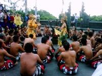 Pertunjukan Tari di Pura Uluwatu
