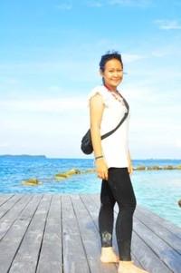Berpose di atas dermaga Pulau Genteng Kecil