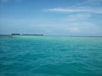 Paduan warna air laut yang menyejukan mata di perjalanan dari Pulau Bira Kecil menuju Pulau Genteng Kecil