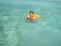 Kolam renang alami di tengah laut menuju Pulau Genteng Kecil